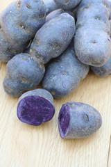 patate viola su tavolo di legno