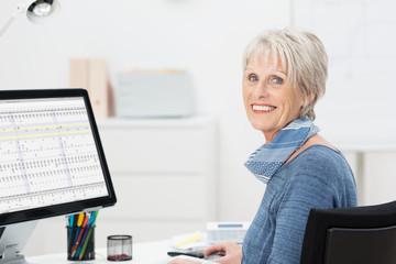 lächelnde ältere dame am arbeitsplatz
