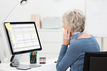 ältere mitarbeiterin arbeitet am computer