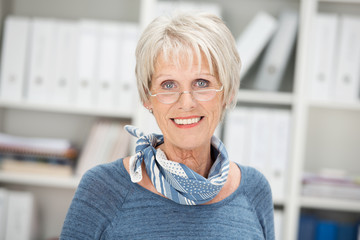 erfahrene ältere geschäftsfrau im büro