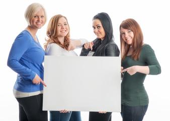 Gruppe Mädchen mit Werbeplakat