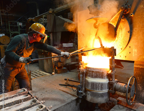 Industriearbeiter in Giesserei // Industrial workers in foundry