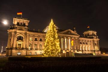 bundestag mit weihnachtsbaum