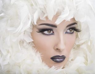 Modella con pelliccia con piume bianche