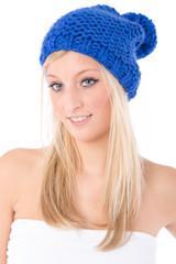 Blonde Frau mit blauer Mütze
