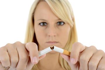Nichtraucher zerbricht Zigarette