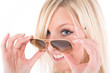 Lachende Frau blickt über Sonnenbrille