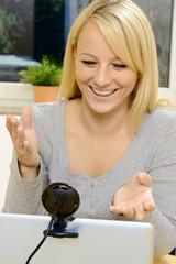 Frau spricht über Webcam