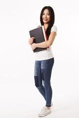 Studentin in weißen Shirt steht seitlich