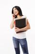 Studentin in weißen Shirt schaut seitlich und telefoniert