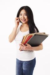 Studentin in weißen Shirt schaut in die Kamera und telefoniert