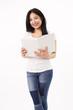 Studentin in weißen Shirt liest ein Buch