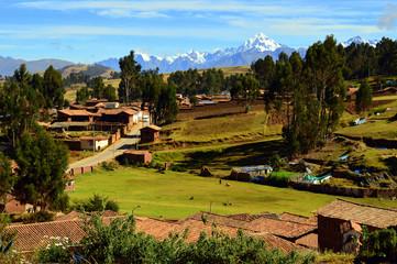 Pueblo de Chinchero y cordillera andina. Perú