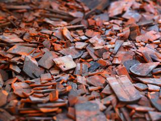 Zerbrochene Dachziegel