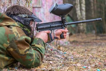 Стрелок с маркером в руках