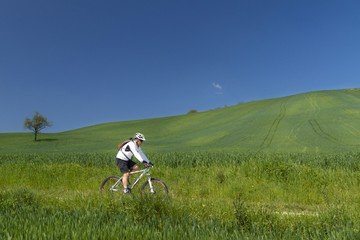 uomo in mountain bike on campagna