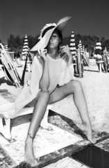 Modella con cappello di paglia in spiaggia