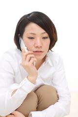 電話中の女性