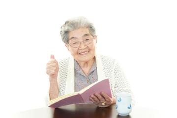 読書中の高齢者
