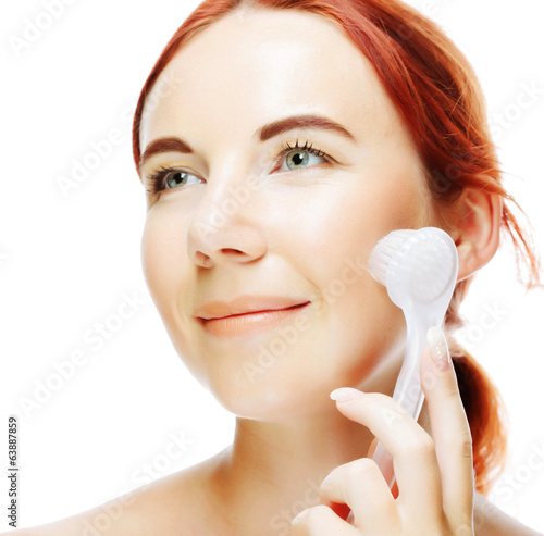 girl cleaning face with peeling brush