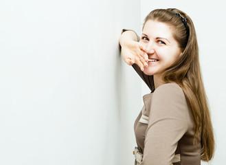 красивая молодая женщина счастливо смеется
