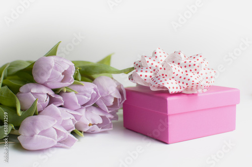 bouqet tulips  and pink gift box
