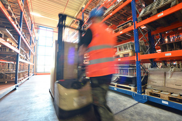 Lagerist mit hubwagen in Lagerhaus // storeman in warehouse