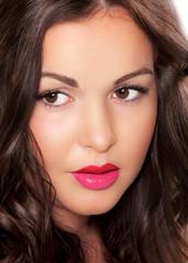 Portrait von hübschem Mädchen mit roten Lippen