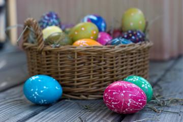 Osternest mit bunten Eier