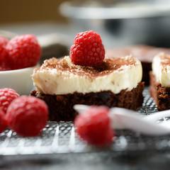 Schokokuchen mit veganer Vanillecreme und Himbeeren