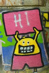 Comicfigur mit Tafel und Aufschrift Hi