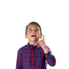 Schlauer Junge mit erhobenem Zeigefinger, freigestellt