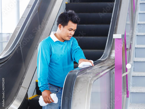 Escalators rubber handle cleaning