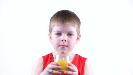 Мальчик шесть лет пьет сок