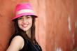 Ragazza con cappello rosa