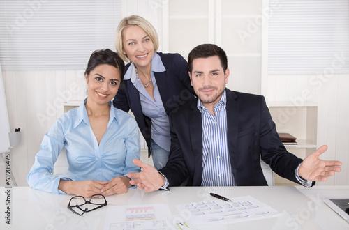 Business Team: Angestellte im Büro