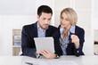 Geschäftsleute sehen auf einen Tablet PC