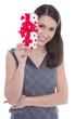 Lachende Frau mit einem Geschenk in der Hand
