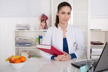 Junge Ärztin im Portrait: gesunde Ernährung