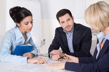 Businessleute im Gespräch - drei Geschäftsleute