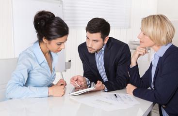 Business Meeting: Geschäftsleute in einer Besprechung