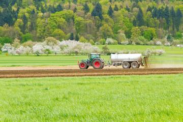 Landwirt beim Gülle ausbringen