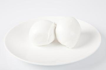 Bocconcini di mozzarella fresca italiana su sfondo bianco
