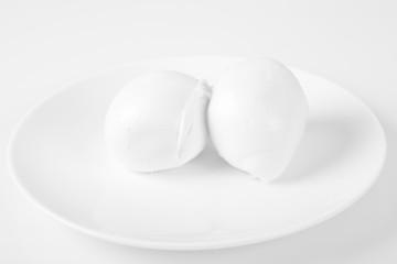Mozzarelle fresche di bufala su sfondo bianco