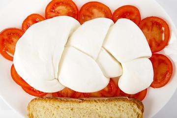 Treccia di mozzarella su letto di pomodoro a fette