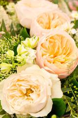 Vier gelbe Rosenblüten