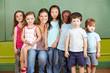Kinder in Gruppe mit Kindergärtnerin