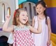 canvas print picture - Jubelndes Mädchen im Kindergarten