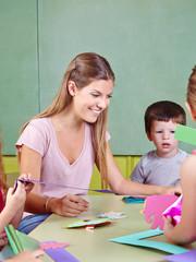 Erzieher im Kindergarten beim Basteln