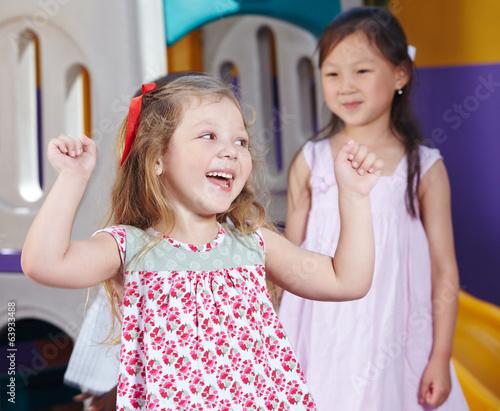 canvas print picture Jubelndes Mädchen im Kindergarten
